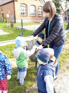 Przedszkolaki z Piasek sprzątały świat.